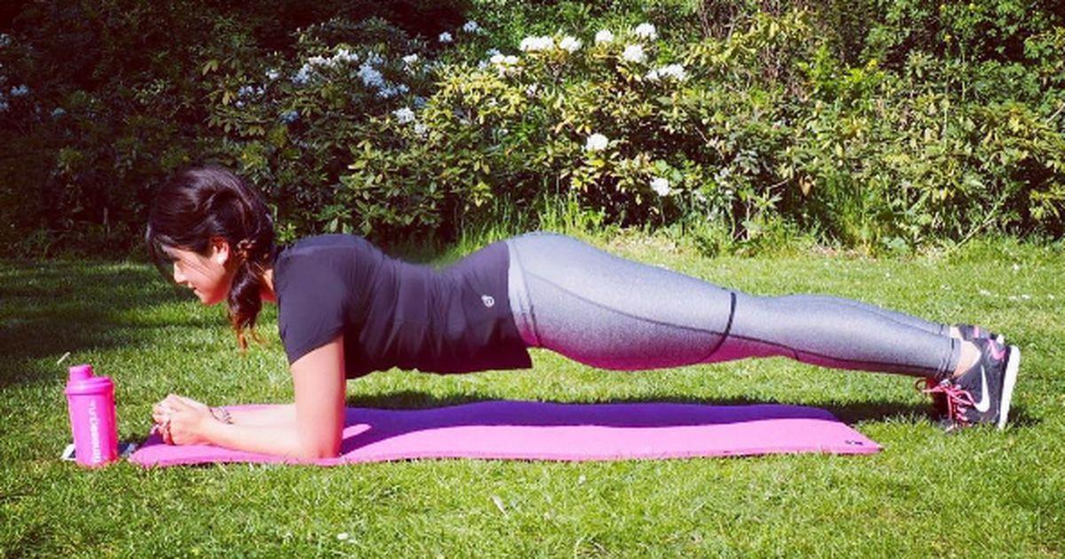Ein weiterer Vorteil des Plankings ist, dass Sie weniger Mühe haben, sich zu bewegen. Planking dehnt alle hinteren Muskelgruppen: an Schultern, Schulterblättern, Oberschenkeln, den Waden, Füßen und sogar den Zehen.